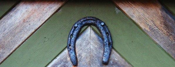 Hestesko over døra - eit godt teikn. Foto : Rune Garmann