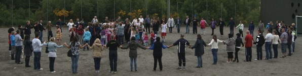 Dei vaksne slår ring om borna på Sandnes skule. Foto : Dina Dyrhovden