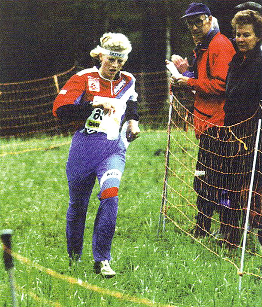 Gro Sandstad, den gangen i Halden Skiklubb, runder halvveis på kortdistansen i NM 1994. Foto: Hans L. Werp.