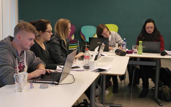 Fem studentar arbeider med digitale forteljingar.