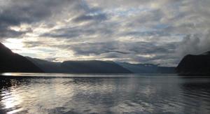 Sognefjorden speglar himmelen ved Leikanger