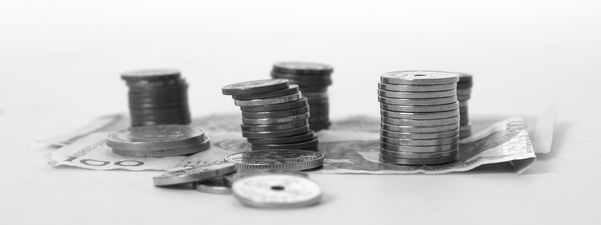 Svart/kvitt-bilete som syner sedlar som ligg på eit bord, oppå ligg stablar med myntar. Foto: Chris-Håvard Berge/www.flickr.com