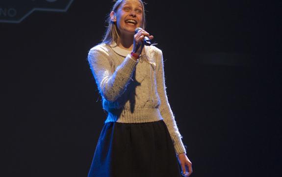 Sofia Hyttedalen frå Gloppen skal representere fylket i landsmønstringa for UKM 2015 med sang. Foto: 1MK Hafstad vidaregåande skule