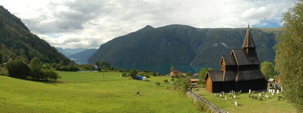 Urnes Stavkyrkje Panorama. Foto: Danforth1