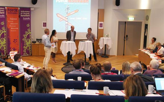 Foto av Sturla Stålset, Ivar Eimhjellen, Lavleen kaur og Knut Olav Åmås som debatterer friviljugliv under Førdefestivalen 2015. Foto: Sogn og Fjordane fylkeskommune