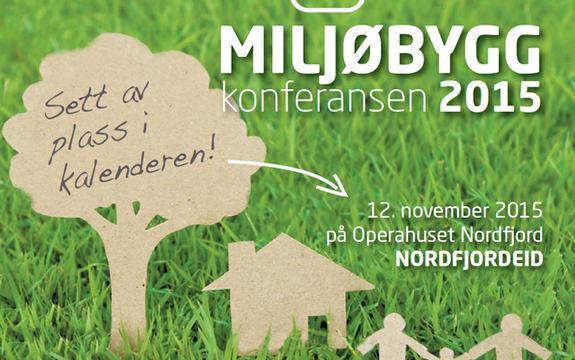 Plakat som illustrerer milljøbyggkonferansen 2015. Plakaten syner utklypte figurar i papp mot grasbakgrunn. Figurane er eit tre, eit hus og tre menneske. Det står skrive miljøbyggkonferansen 2015, 12. november 2015 på Operahuset Nordfjord, Nordfjordei