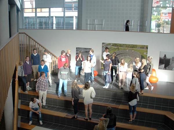 Foto som syner elevar i vestibylen på Sogndal vidaregåande skule