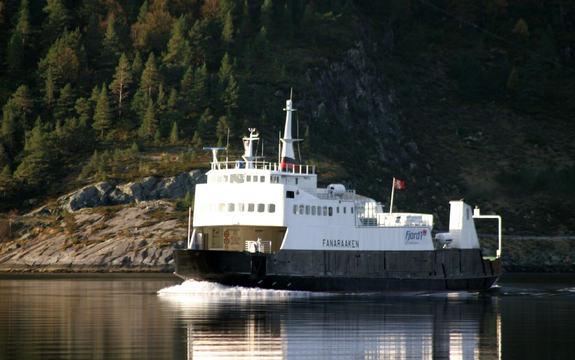 Foto av ferja M/F Fanaraaken, på veg mellom Smørhamn og Kjelkenes. Foto: Arild Nybø/www.flickr.com
