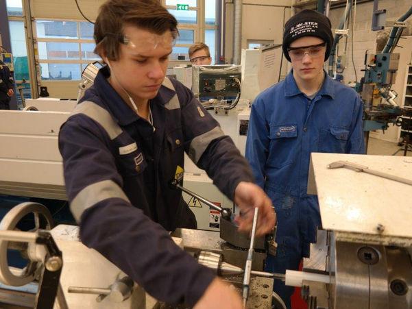 To lærlingar på TIP-fag skrur på ei maskin. Foto: Magne Sellevold/Sogn og Fjordane fylkeskommune