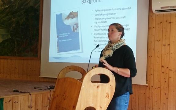 Foto av rådgjevar i fylkeskommunen, Elisabet Kjerstad Bøe, som orienterer om eit prosjekt om hydrogenteknologi. Foto: Olav Klungre