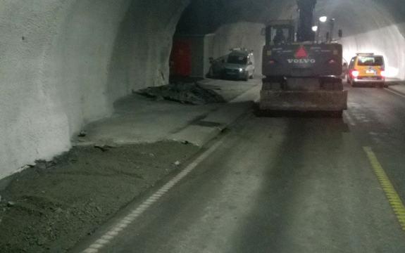 Skatestraumtunnelen har vore stengd sidan brannen i ein vogntoghengar 15. juli. No opnar han for kolonnekøyring. Foto: Sveinung Hovland, Statens vegvesen