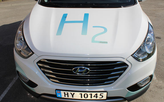 Foto av ein kvit og blå hydrogenbil sett frammanfrå. Foto: Trond Strømgren, Maritim Forening Sogn og Fjordane