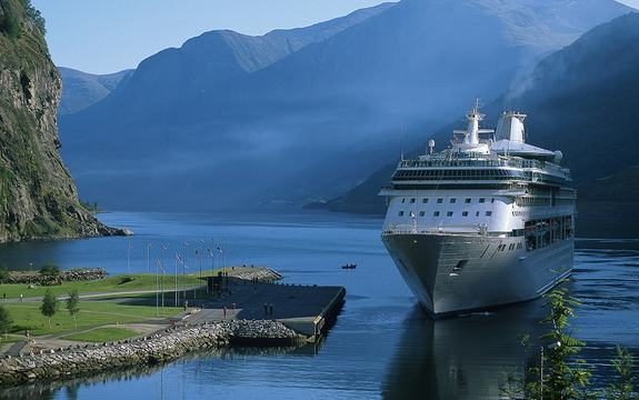 Bilde av cruisebåt på fjord