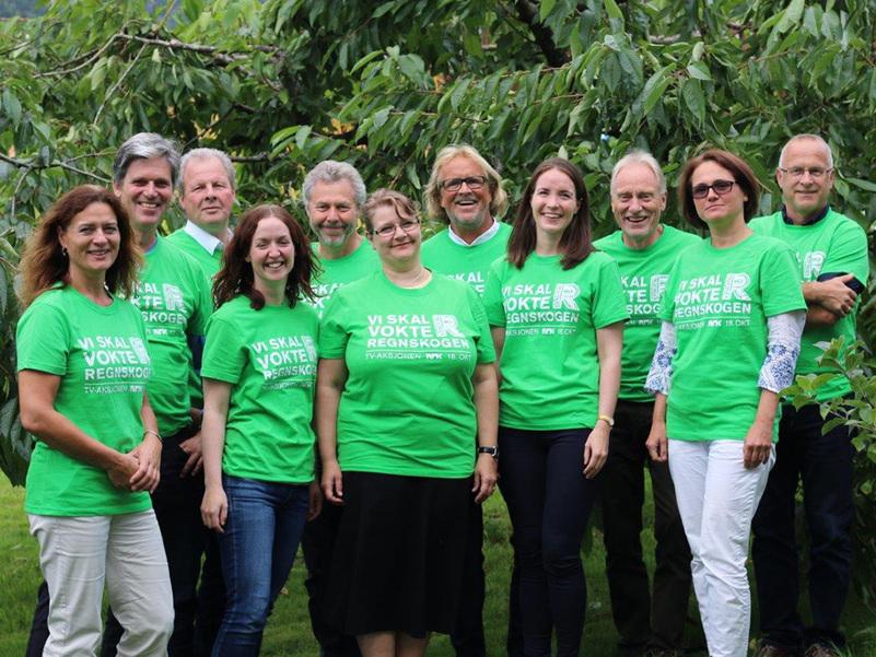 Foto som syner komiteen for TV-aksjonen 2015. Alle har på seg grøn t-skjorte med teksten Vi skal vokte regnskogen.