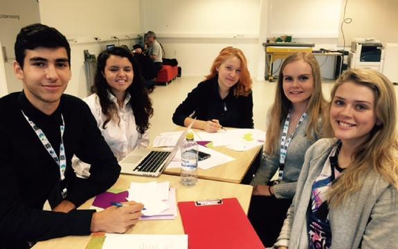 Elevar som jobbar med oppgåva under Gründercampen på Sandane