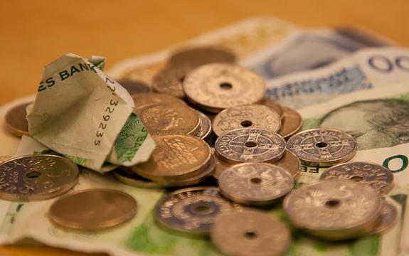 Foto som syner pengar på eit bord, 50-lappar, 200-lappar, ein 500-lapp og ein del myntar i ulik valør. Foto: NRK Beta