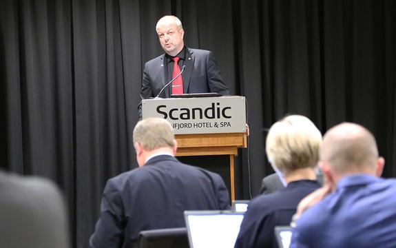 Foto av arbeidarrepresentant Hilmar Høl på talarstolen under fylkestinget i oktober 2015. Foto: Birthe Johanne Finstad/Sogn og Fjordane fylkeskommune