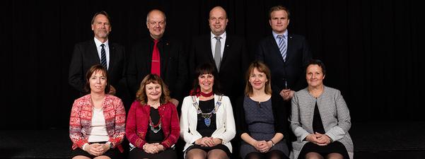 Samlebilete av politikarane som sit i fylkesutvalet 2015-19. Foto: Oskar Andersen.