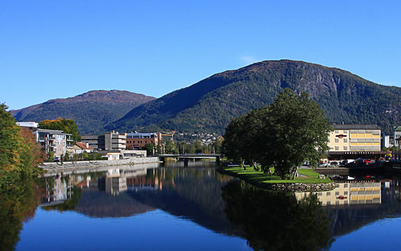 Førde med elva Jølstra