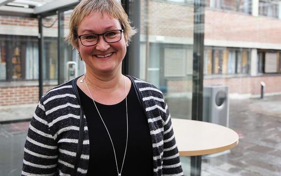 Foto av nytilsett fylkesdirektør for samferdsle, Dina Lefdal, ved inngangspartiet til Fylkeshuset i Leikanger. Foto: Birthe Johanne Finstad, Sogn og Fjordane fylkeskommune