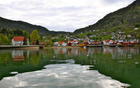 Solvorn sett frå fjorden.