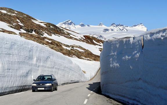 Bil på veg over Sognefjellet, fylkesveg 55.