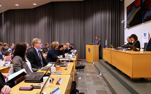Debatt i fylkestinget, Firda-salen, Fylkeshuset.