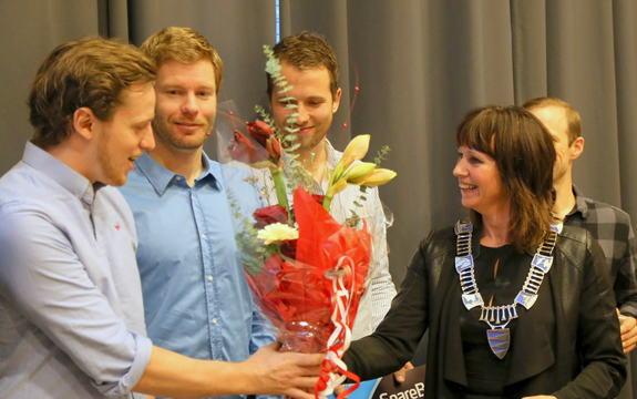 SGN Skis tek imot gründerpris for 2015 frå fylkesordførar Jenny Følling