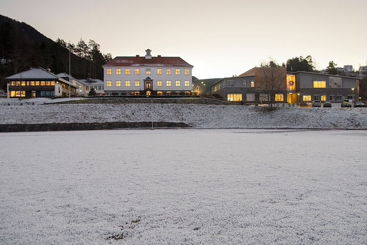 Bilde av Firda vgs sine skulebygg med Gamlebygget og Trivselshagen