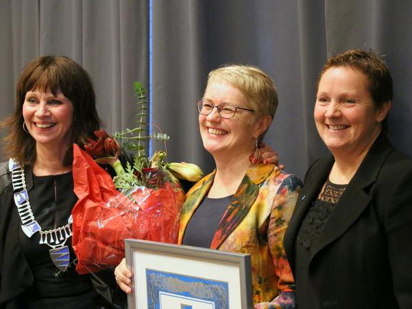 Hilde Bjørkum tek i mot fylkeskulturprisen 2015 frå leiar av hovudutval for kultur og næring Karen Marie Hjelmeseter (t.h.) og fylkesordførar Jenny Følling (t.v.).