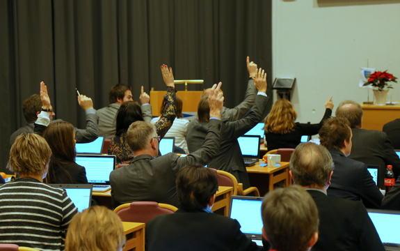 Representantar i fylkestinget stemmer på sak under fylkestinget 8. desember 2015 i Fylkeshuset.