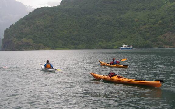 tre kajakar på Sognefjorden fjell i bakgrunnen sommar