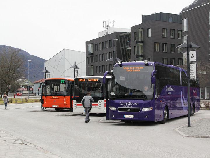 Tre busser parkert på Førde rutebilstasjon