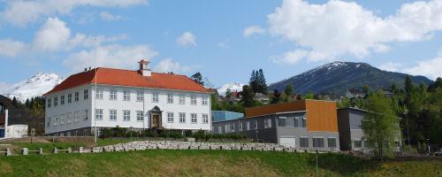 Gymnasbygget med Trivselshagen Skule og Kultur (Foto: Geir Skagen)
