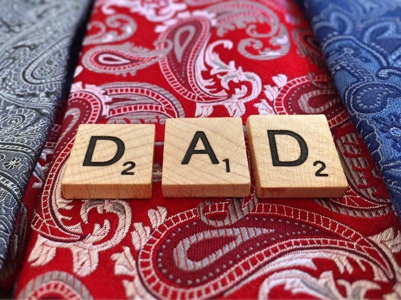 bilde av ordet dad med scrabblebrikker