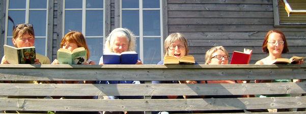 Bilde av damer som les bøker.