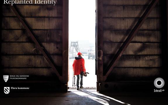 Bilete av ein person med kamera som går ut ein port på eit annleggsområde. Tittel på biletet: Replanted Identity, Tre logoar: Sogn og Fjordane fylkeskommune, Flora kommune og IlealLab.