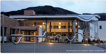 """Bilete syner hovudinngangen til Sogndal vidaregåande skule med skulpturen """"Radius"""" av Rolf Starup"""