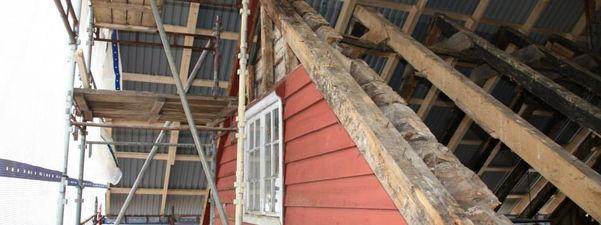 Bilete av restaureringsarbeid, bispestova i Lavik