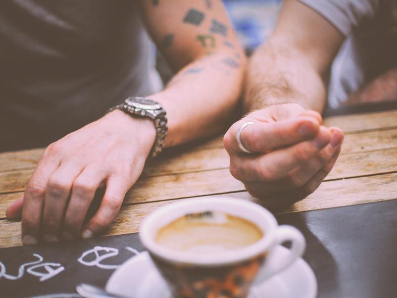 Bilete av hender og ein kaffikopp.