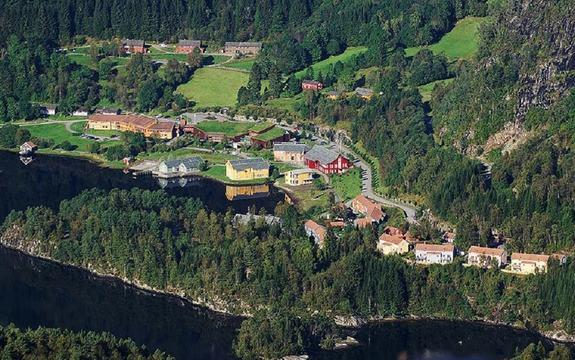 Flyfoto av bygningsmassa United World College i Flekke