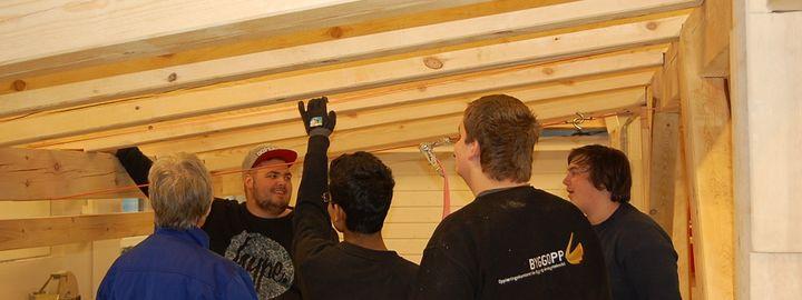 elevar jobbar med grindbygg på vekstaden til byggfag