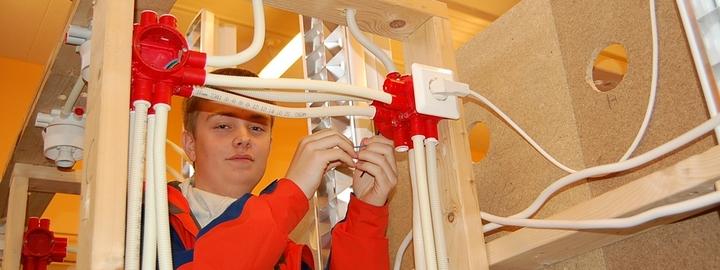 Elev monterer kablar på elektrofag