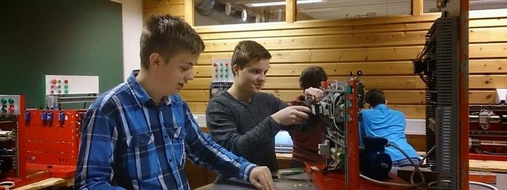 elevar jobbar med installasjon av motor på elektro