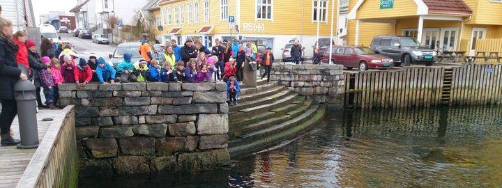 barnehagetur i hamna i Florø sentrum