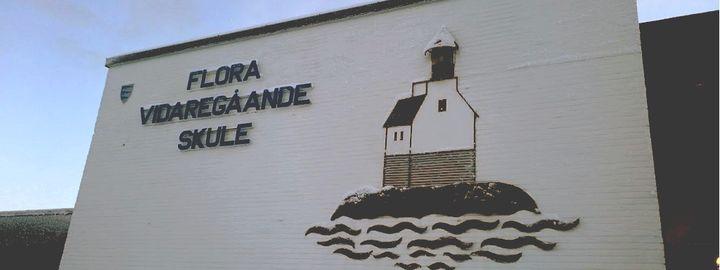 Bilde av skulen sin logo som vist frå framsida av bygget med logo av stabben fyr