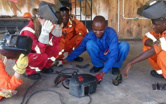Elevar frå Flora vgs lærar teknikk med lokale i Malawi