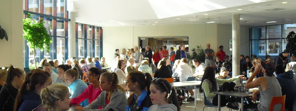 Mange elevar samla i kantina til sommaravslutning