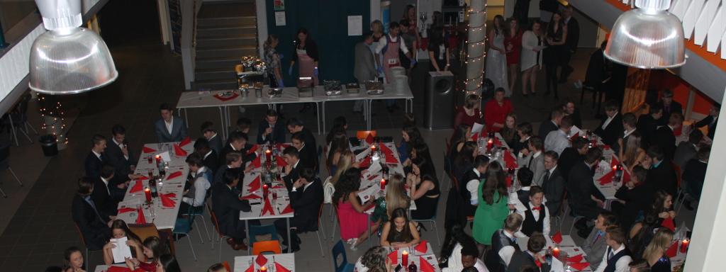Festpynta elevar samla til juleball i festpynta kantine.