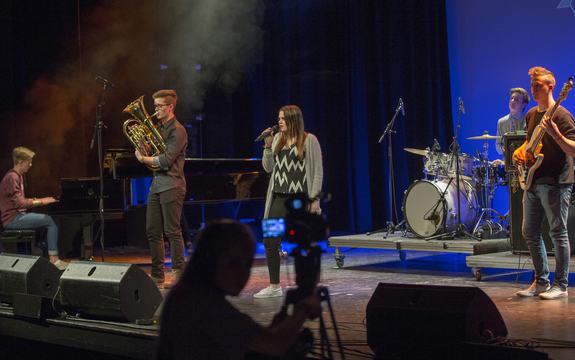 Firda Crew står på scena under UKM 2015, med musikarar og vokalist